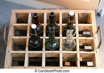 古い, 飲みなさい, びん, 中に, a, 木製である, case., 容器, ∥ために∥, ビール, ∥あるいは∥, lemonade.