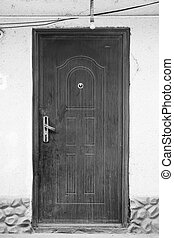 古い, 黒い、そして白い, ドア