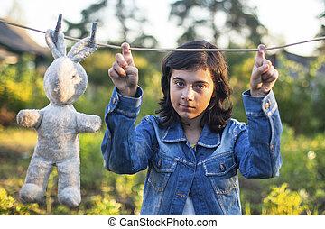 古い, 黒っぽい髪, おもちゃ, デニム, 若い, ジャケット, 女の子, outdoors.