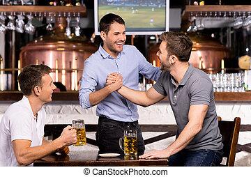 古い, meeting., 3, pub, 朗らかである, ビール, 他, それぞれ, 会いなさい, 友人