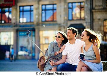 古い, selfie, 若い, 背景, グループ, 作り, 観光客, 建物。