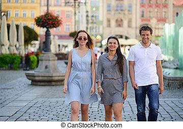 古代, city., 通り, 若い, によって, グループ, 観光客, 散歩しなさい