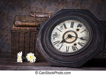 古董, 生活, 組, 對象, 鐘, 木制, 籃子, 木頭, 花, 仍然, 桌子。
