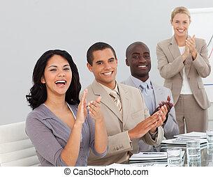 叩くこと, プレゼンテーション, 若い, ビジネス 人々