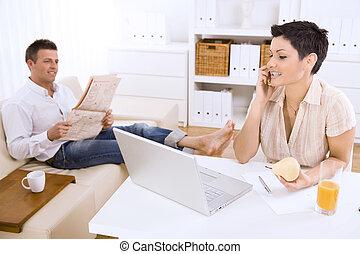 可動的な話し続けている女性, 電話