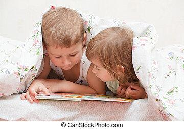 可愛, 孩子, -, 兄弟和姐妹, 閱讀一本書, 在床上
