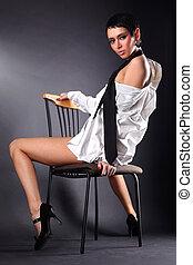 可愛, 年輕, 時髦模型, 在, 大的人, 襯衣 和 領帶, 坐在椅子中, 針對, 黑色