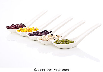 各种各样, 大豆, 在中, 勺子, 隔离, 在怀特上, 背景