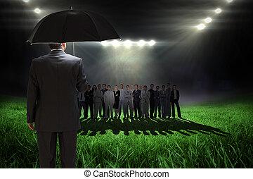 合成の イメージ, の, 成長した, ビジネスマン, 傘を握ること