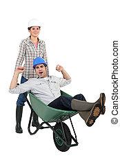 同事, 妇女, 推, 她, 独轮手车
