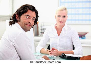 同事, 聊天, 在, a, 書桌