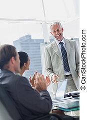 同事, 鼓掌歡迎, the, 經理, 在期間, a, 會議