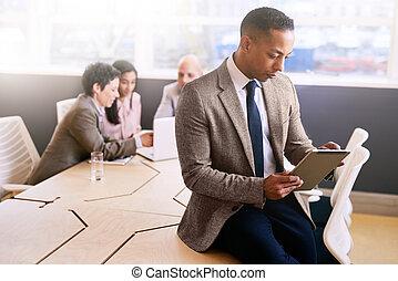 同僚, タブレット, 3, 着席させる, の後ろ, ビジネスマン, 使うこと, 彼