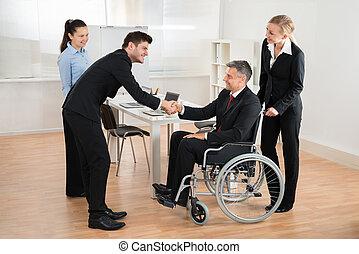 同僚, ビジネスマン, 車椅子, 揺れている手