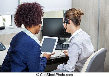 同僚, 中心, タブレット, コンピュータ, 呼出し, 使うこと