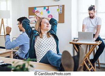 同僚, 女性実業家, リラックスした, オフィス, 若い, フィート, desk., 肖像画