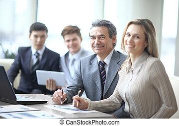 同僚, 成長した, ビジネス, 背景, の間, 肖像画, 微笑, ミーティング, 人