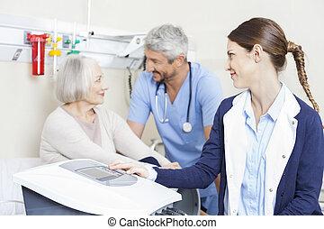 同僚, 物理療法家, 患者, リハビリテーション, 女性, cente