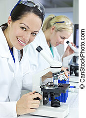 同僚, 科学, 彼女, 医者, 研究者, 医学, 顕微鏡, フォーカス, の後ろ, 女性, 使うこと, 実験室, から, ∥あるいは∥, 彼女。
