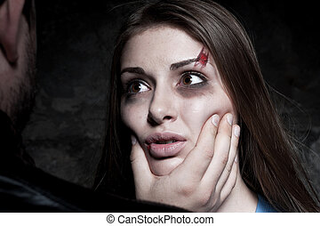 向きあって, ∥で∥, 彼女, torturer., 若い, たたきのめされた, 女性の叫ぶこと, そして, ∥見る∥, ∥, 人間が立つ, の前, 彼女, そして, 感動的である, 彼女, 顔
