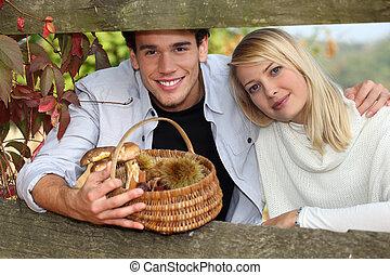 含んでいること, 障壁, 木製である, 秋, 恋人, 若い, くり毛, きのこ, の後ろ, 保有物, バスケット, 枝編み細工, 人