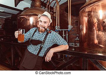 味が分かる, 革, beer., 醸造された, 人, ズボン, 新たに, 幸せに微笑する, (lederhose)
