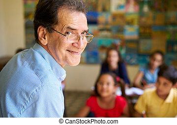 味方, 教師, クラスで, 幸せ, 教授, 微笑, カメラにおいて