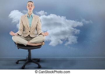和平, chic, 從事工商業的女性, 坐在荷花里确定位置, 上, 轉椅, 針對, 云霧, 在  屋子裡