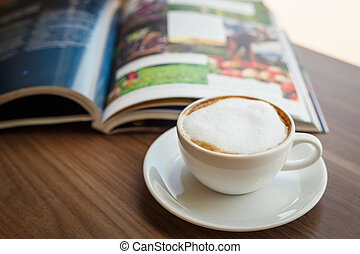 咖啡茶杯, 以及, 書, 在桌子上