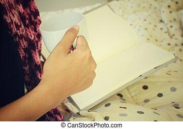 咖啡, 妇女坐, 床, 书, 喝