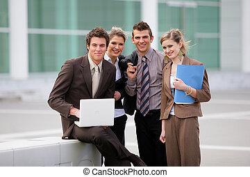 商业组, 站, 在外面, 办公大楼
