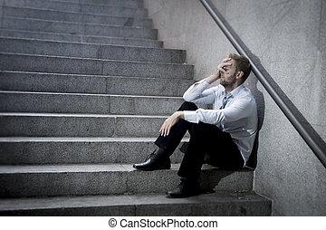 商人, 哭泣, 丟失, 在, 低落, 坐, 上, 街道, 混凝土, 樓梯