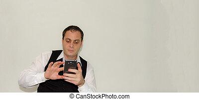 商人, 在中, 白的衬衫, 同时,, 黑色, 背心, 感人, 屏幕, 在中, 他的, smartphone, 隔离