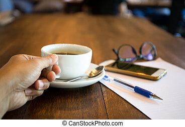 商人, 手 藏品, 杯咖啡, 由于, 鋼筆和, 移動電話, 以及, 紙, 上, 桌子