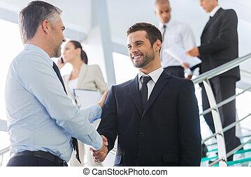 商人, 振動, hands., 二, 充滿信心, 商人, 握手, 以及, 微笑, 當時, 站立, 在, the, 樓梯,...