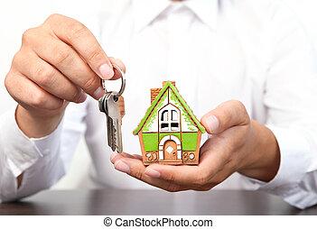 商人, 握住, a, 小的房子, 同时,, 公寓, 钥匙, 在中, 手
