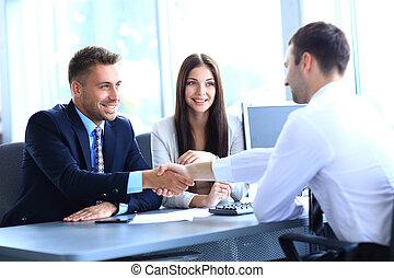 商人, 握手, 对于, 密封, a, 交易, 带, 他的, 合伙人
