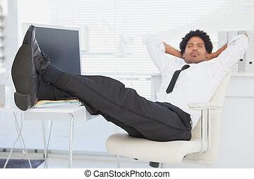 商人, 放松, 在, 他的, 轉椅, 由于, 腳