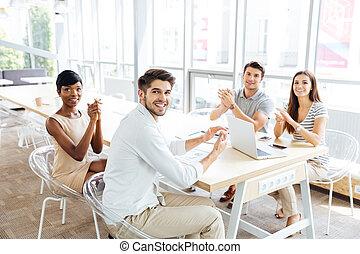 商業界人士, 坐, 以及, 拍的 手, 在期間, 表達, 在, 辦公室