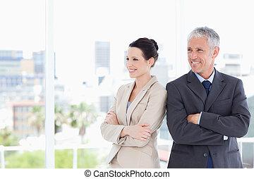 商業界人士, 橫過, 他們, 武器, 當時, 看 往, the, 邊, 以及, 微笑