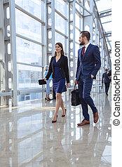 商業界人士, 步行, 在, 辦公室, 走廊