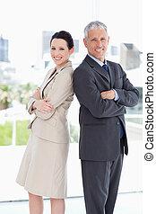 商業界人士, 看照像機, 以及, 微笑, 當時, 站立, 直立