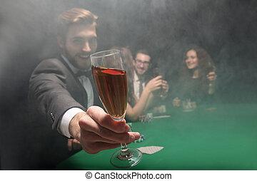 啤牌, 表演者, 培養  玻璃, ......的, 酒