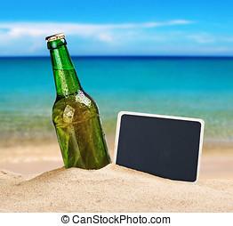 啤酒瓶子, 在沙子中, 在海灘上, 以及, a, 黑板