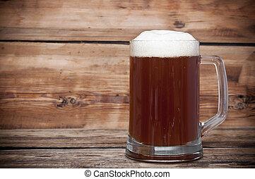 啤酒的杯子, 關閉, 上, 木製的桌子