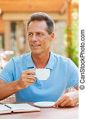 喝咖啡, break., 快樂, 成熟的人, 喝咖啡, 當時, 在桌旁坐, 在戶外, 由于, 房子, 在, the, 背景