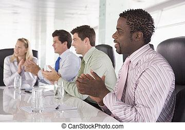 四, businesspeople, 在, a, 會議室, 鼓掌歡迎