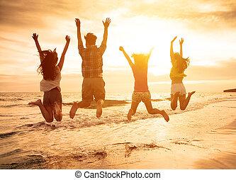 团体, 在中, 开心, 年轻人, 跳跃, 在海滩上