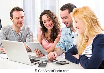 团体, 在中, 4, 年轻, 有吸引力, 人们, 从事于, a, 笔记本电脑