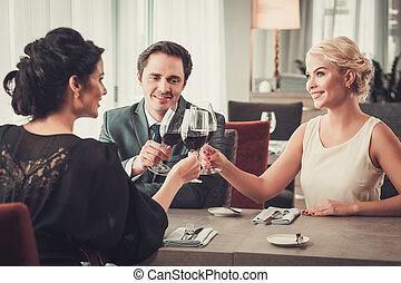 团体, 餐馆, 人们, 富有, 非常的玻璃杯, 红的酒